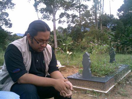 Bloggers Yaakob turut bersama di kawasan kuburan
