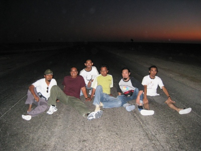 """Di tengah-tengah padang pasir Libya. Bersama kawan-kawan yang berusaha merealisasikan """"Alexander Bukan Zulkarnain""""."""